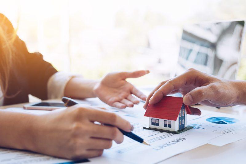 Khi mua bán nhà đất nên công chứng hay chứng thực?